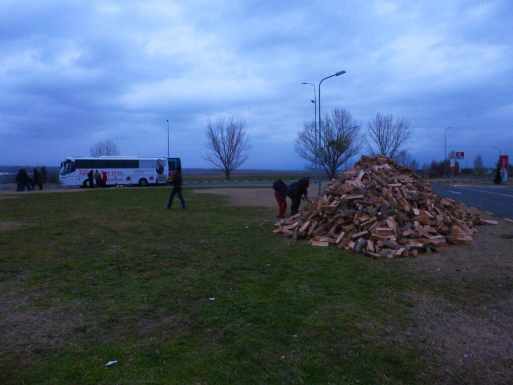 RT @MSF_Sea: UPDATE: Today we bought 20 tonnes of wood to fuel fires to keep families warm at the petrol station near #Idomeni https://t.co…