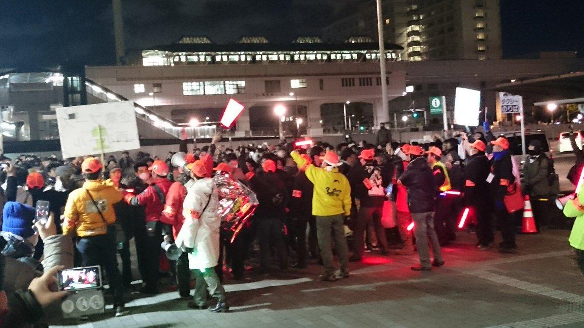国際展示場駅前、始発組到着。 スタッフバリケードは最終日もしっかりガード。 #C89 https://t.co/vActhNvUiU