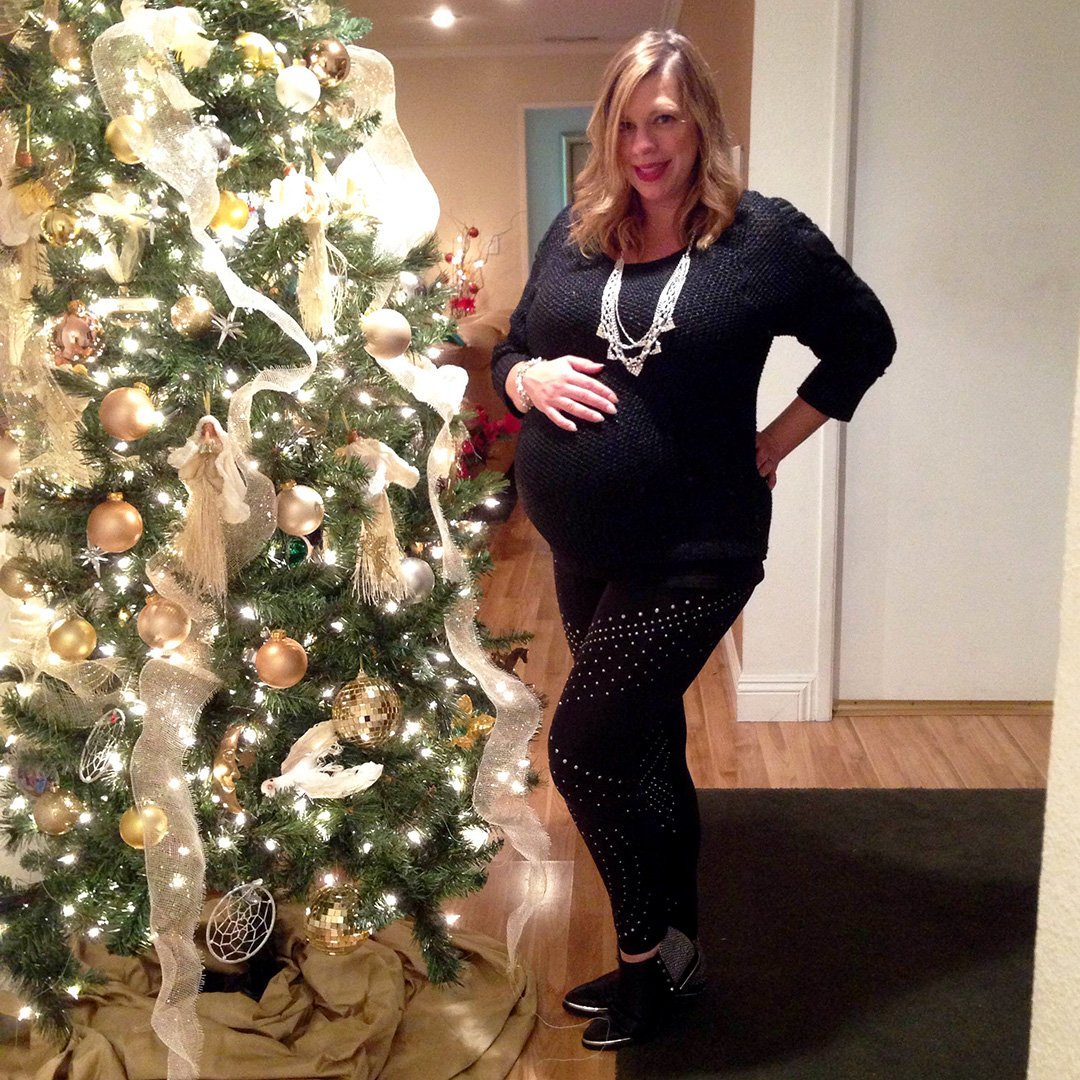 RT @FergieFootwear: #WCW: @Fergie's sister @DanaMFerg rockin her #babybump around the Xmas ???? in INDIGO #booties. https://t.co/lBvNCNLiTN ht…