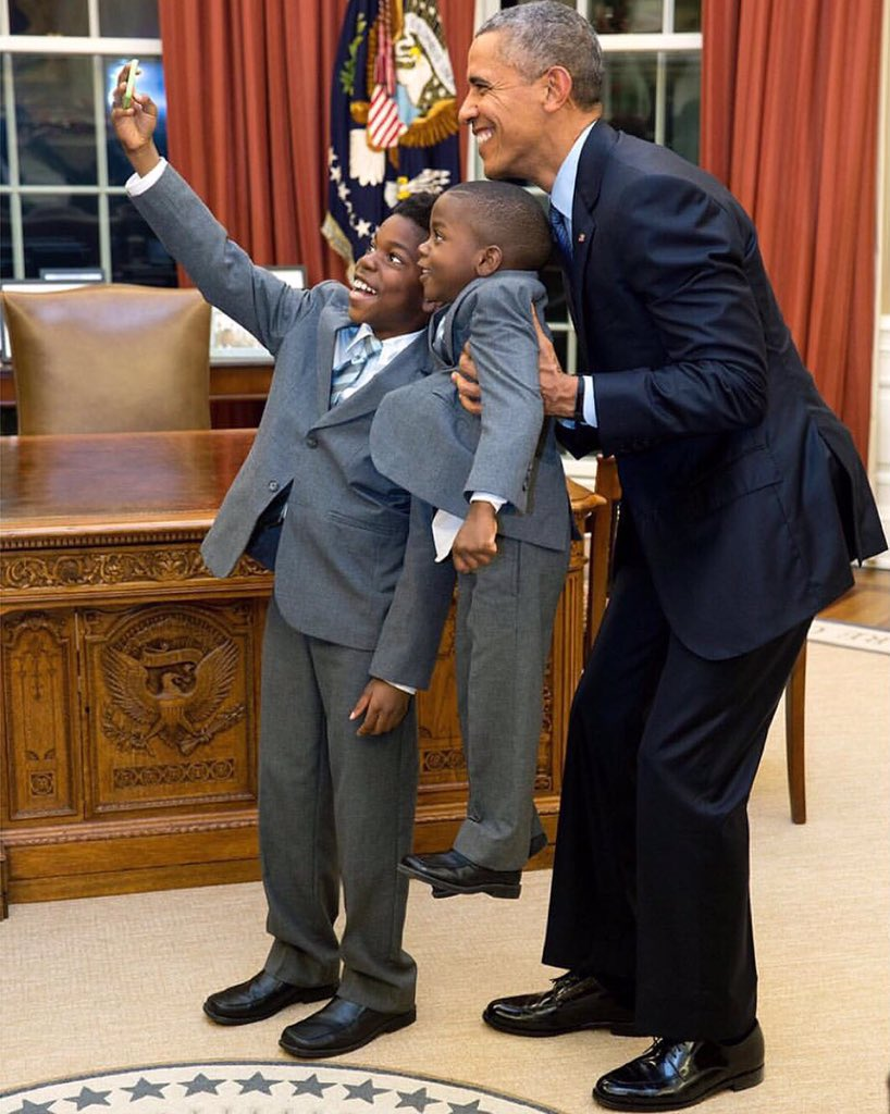 A selfie in the Oval Office. This picture is everything. (Photo Cred: @petesouza) #POTUS #WhiteHouse #PresidentObama https://t.co/MrtWdr6aXK