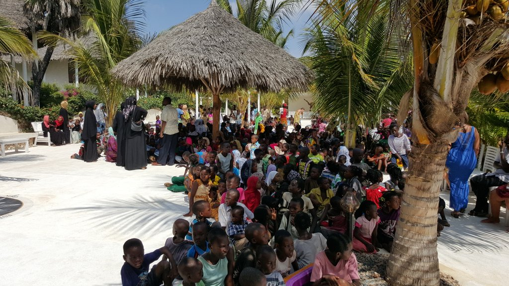 Meanwhile in Mambrui near Malindi, one man has decided to feed 600 kids..300 Christians & 300 Muslims all for PEACE https://t.co/FArlNx1dVV