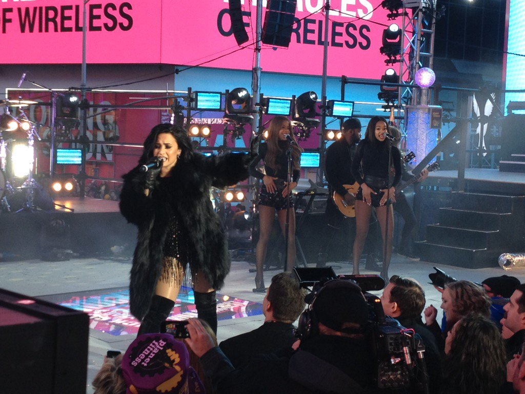 It's warm for the winter as @ddlovato rocks out with 'Cool for the Summer' at #TimesSquare #NYE! https://t.co/Fz2SvrQMOs