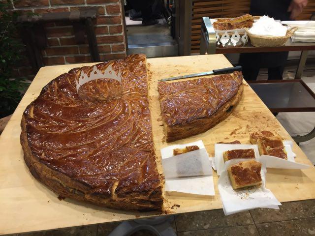 サンシャインシティのメゾンカイザーで、巨大ガレットロア焼いて振る舞いしてた。800円分パン買うと、ひと切れいただけると。 https://t.co/hYLUhG9YLp