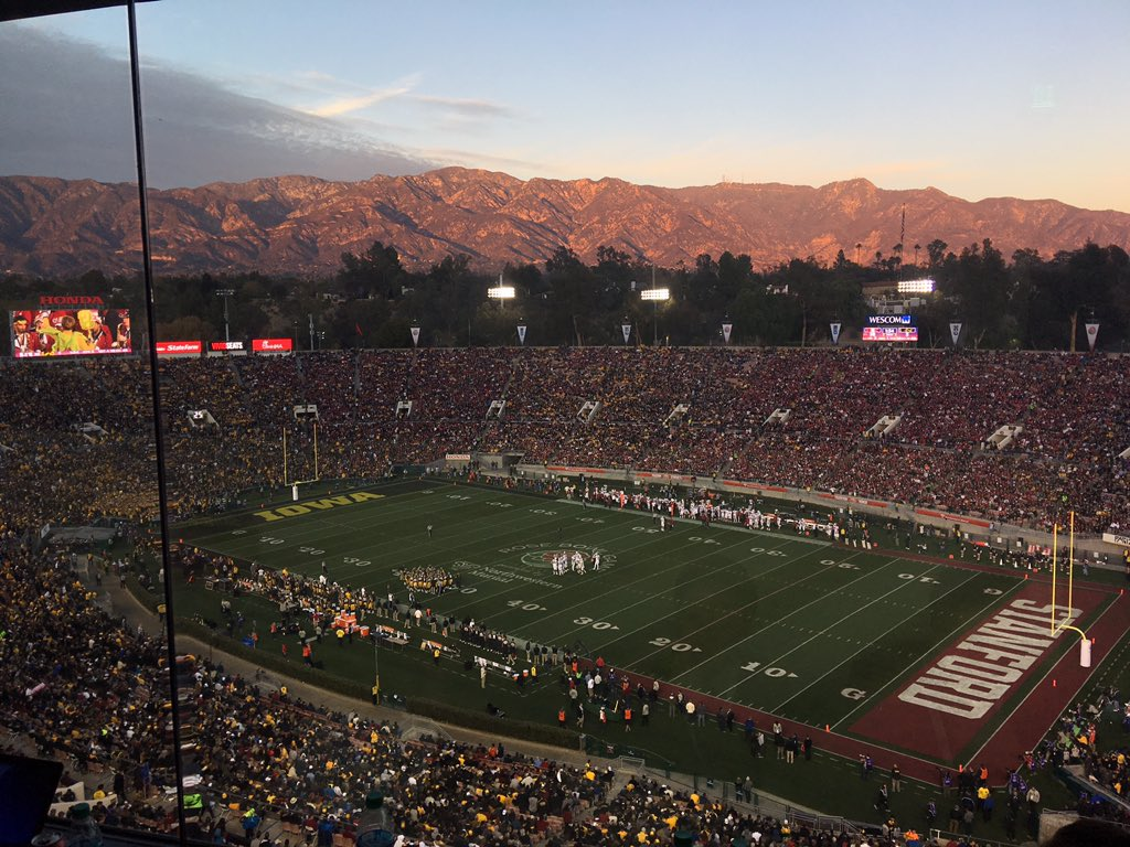 This is why the Rose Bowl doesn't move it's time slot. Sun setting on the San Gabriels. https://t.co/XZofKjoRXx