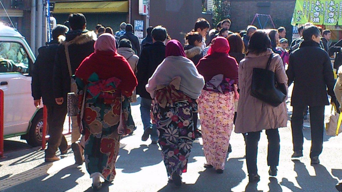 大晦日に伏見稲荷に行った。イスラム女子三人組が着物着て日本の神社に参拝とは、世界は自分が思っているより、ずっと普通に複雑であるに違いない。 https://t.co/lScaSKuJFu