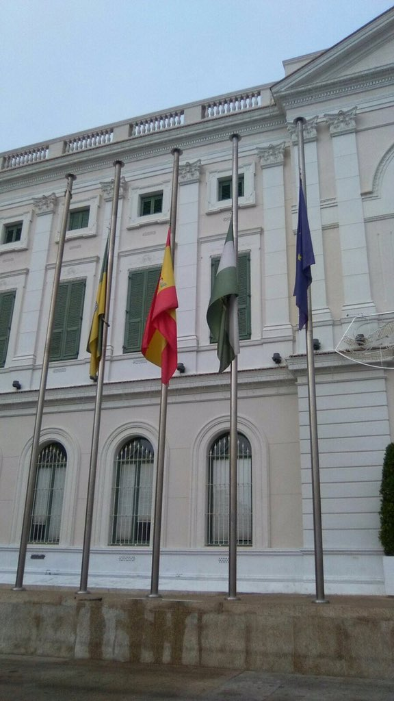 El Ayto. baja las banderas a media asta en señal de luto por el fallecimiento del niño de 12 años en el día de ayer https://t.co/33Xm0kyFRy