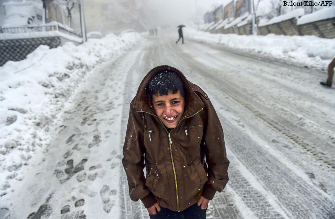 A #Kurdish boy protects himself against the cold as heavy #snow hit  #Sirnak in #Turkey photo @Kilicbil @AFPphoto https://t.co/PEOpCACBG7