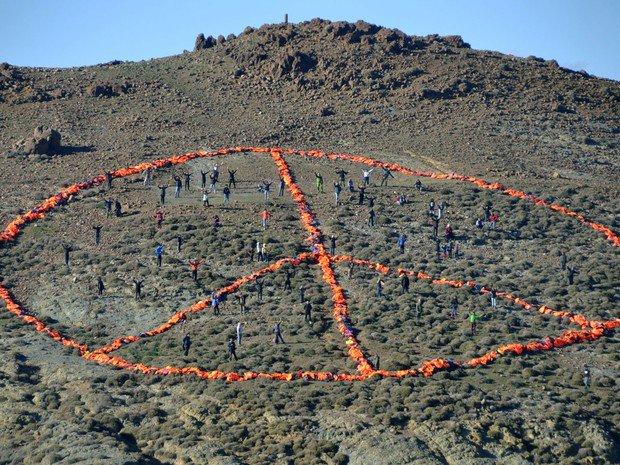 Ilha de Lesbos ganha símbolo da paz feito com coletes salva-vidas https://t.co/vNzGSG2hE6 #G1 https://t.co/4eUHk6pMBL