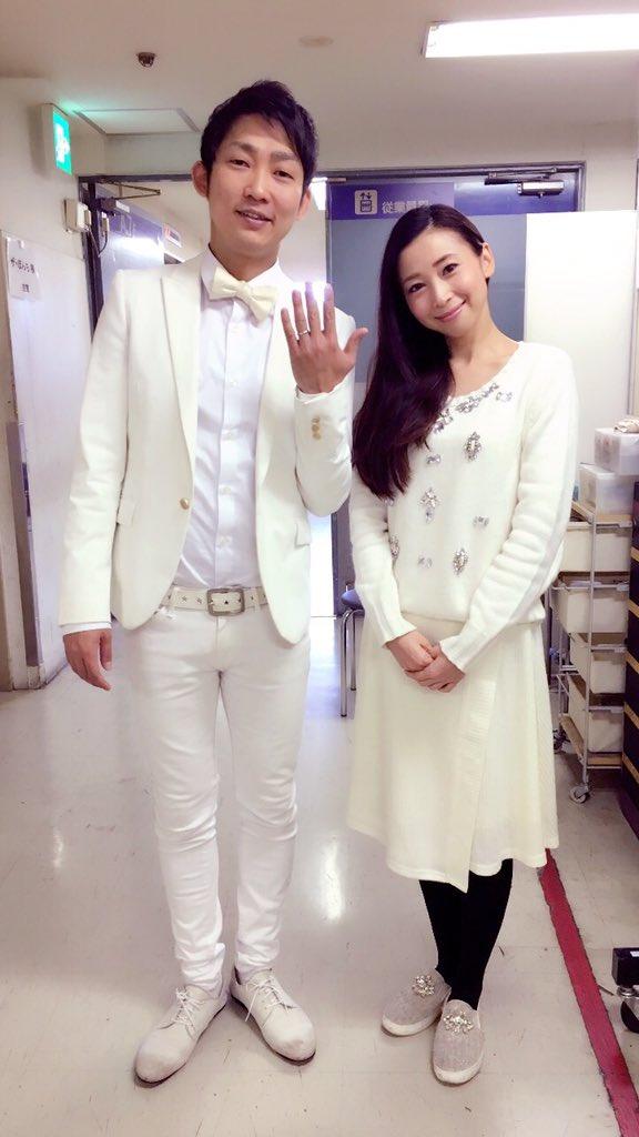 今日は、ルミネにホワイトコーデで来たら、ネタ出番のノンスタイルの石田さんがいて、ペアルックみたいになってしまった!(笑)そして、写真撮ったら結婚会見みたいになってしまった!(笑)石田さんには、既に可愛いお嫁ちゃんいますけどね!笑 https://t.co/hjjzJP432g