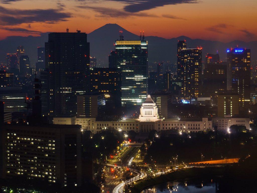 富士夕景@丸ビル35階展望室 2016/1/3 17:23 国会議事堂と。 #fujisan #mtfuji #富士山 #夜景 https://t.co/vFBgL99Eip