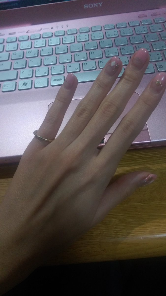福袋買ったら指輪が出てきたからはめてみたけどゆるいや(´・ω・`)はずれか(´・ω・`) https://t.co/8X2IkpD9Fm