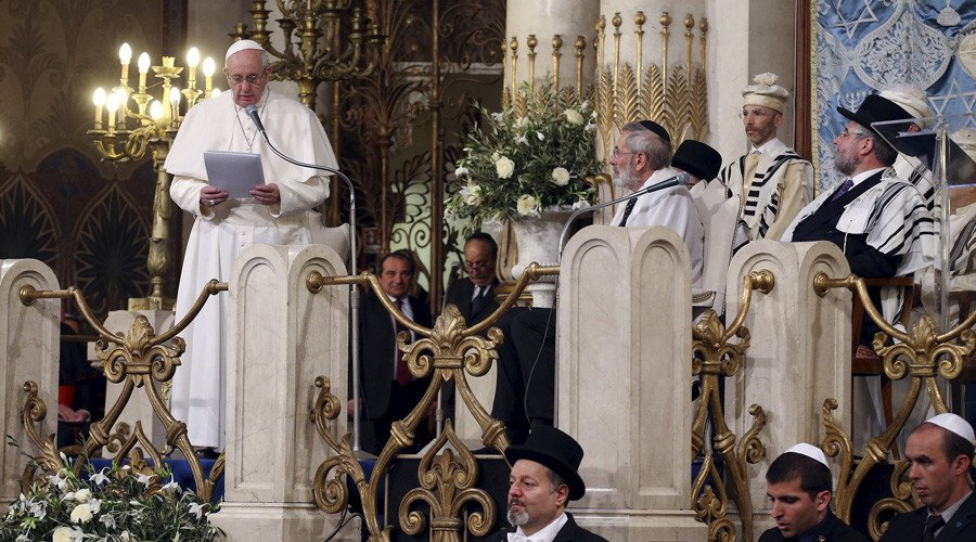 Religion must not justify killings - Pope Francis visits synagogue