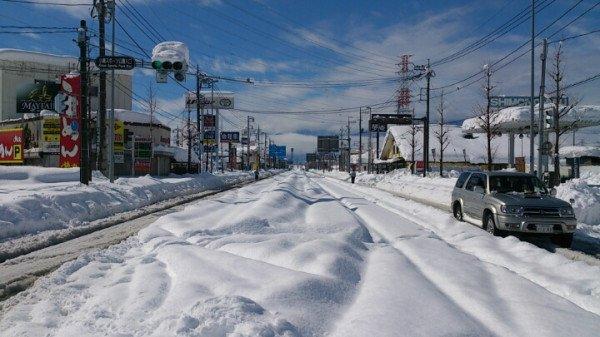 山梨が陸の孤島になりそうとのことですが、一昨年の豪雪で実際に陸の孤島と化した山梨県甲府市の様子をご覧下さい。 https://t.co/rf0ZO3YJ3Z