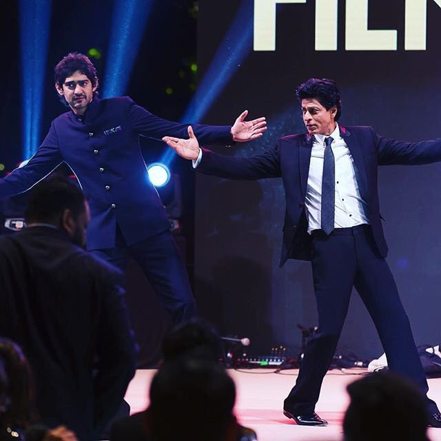 Learnt the classic move from the king himself. No one, I repeat, NO ONE can match @iamsrk ,jitna bhi try kar lo