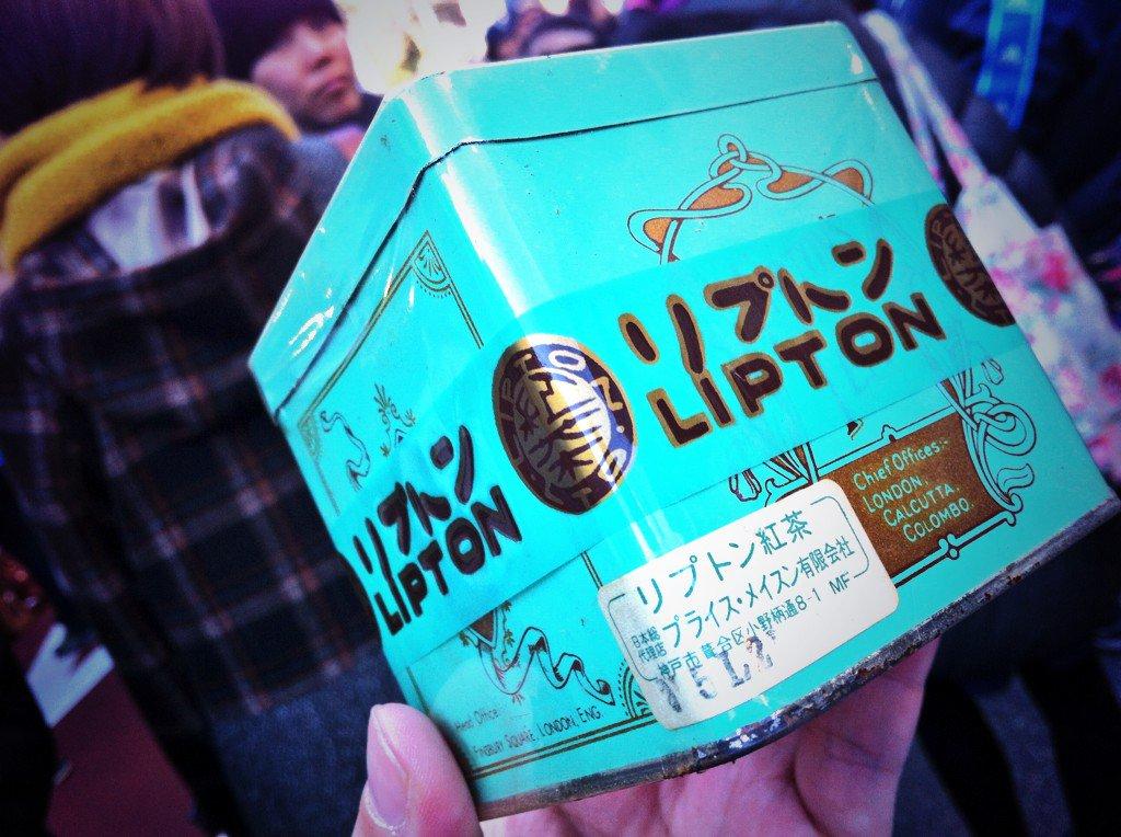 世田谷ボロ市、古い未開封の紅茶を見つける。興味に負け購入‥飲める? https://t.co/gJWtg0JACl