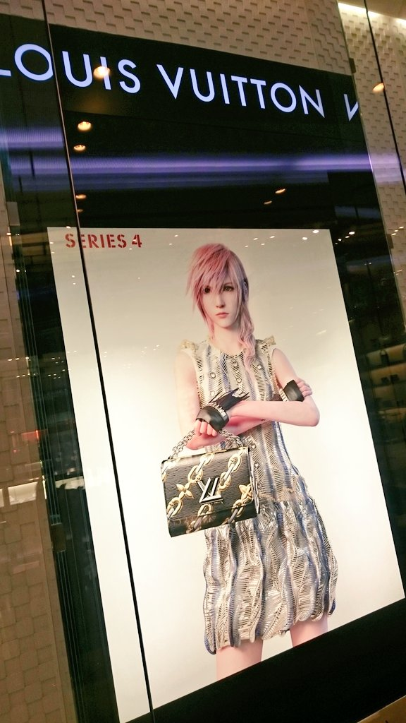 Lightning on the Louis Vuitton store at Westfield in London! https://t.co/Rkw4Q4EllP
