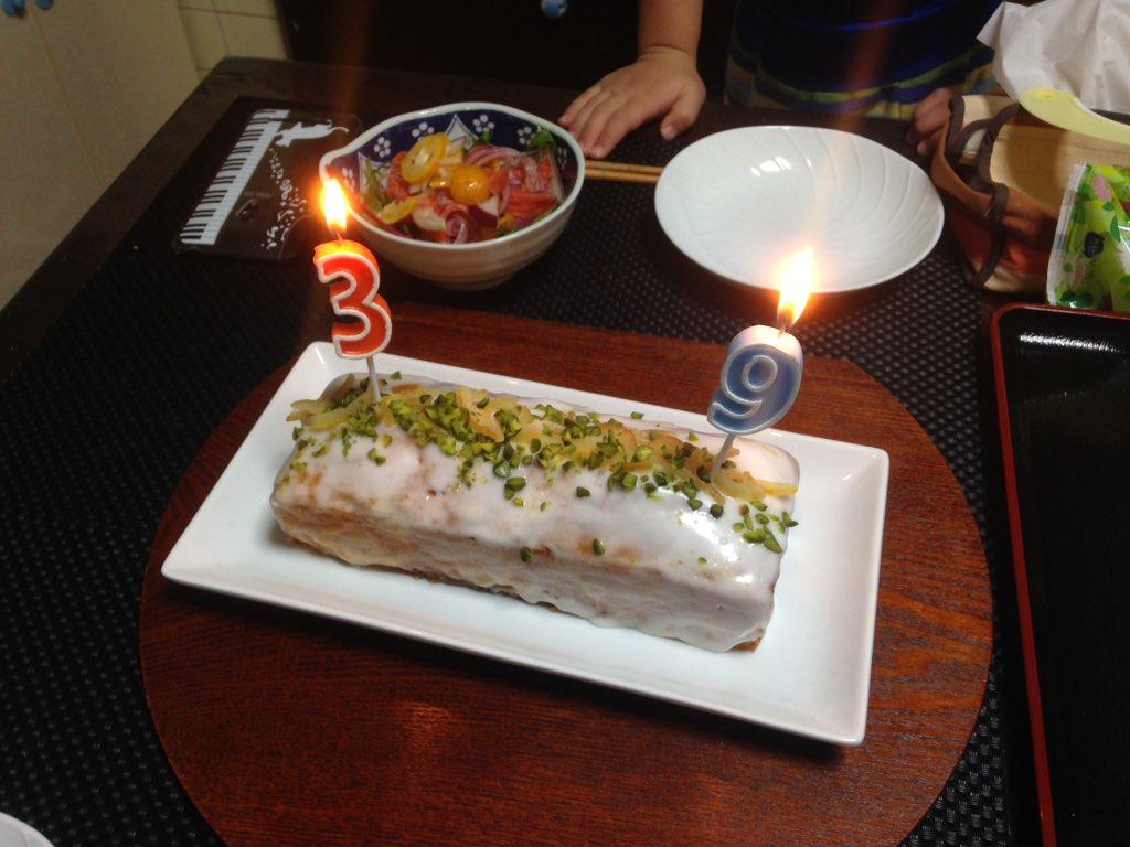 単身赴任先で寂しく誕生日を迎えても帰省したら嫁さんが手作りバースデーケーキで迎えてくれるから結婚オススメ。 https://t.co/g4peEXzXBp