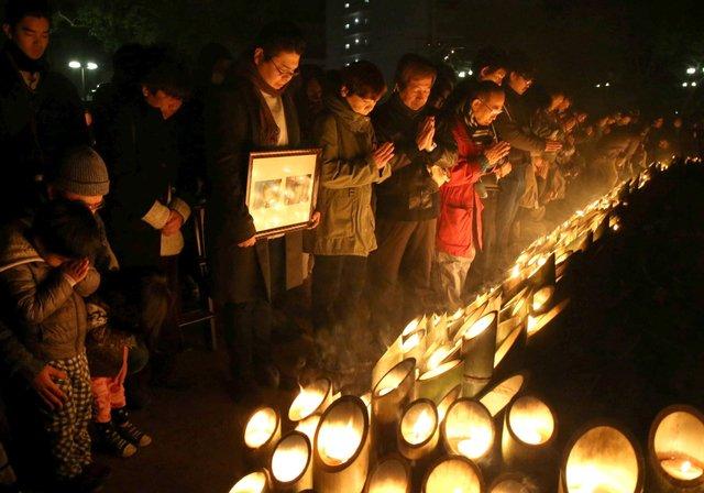 阪神・淡路大震災は17日、発生から丸21年となりました。地震発生時刻午前5時46分には各地で多くの人々が亡き人を思い、被災地は深い祈りに包まれました。写真は17日早朝に神戸市中央区、東遊園地で開かれた「1・17のつどい」の様子です。 https://t.co/4C686T4xo0