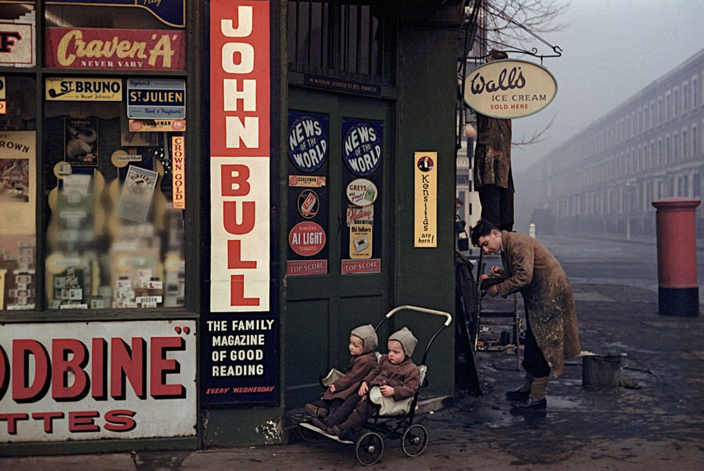 Street corner at World's End, London, 1954 https://t.co/FuPejyBXtX https://t.co/Q4fXjJNQ1M