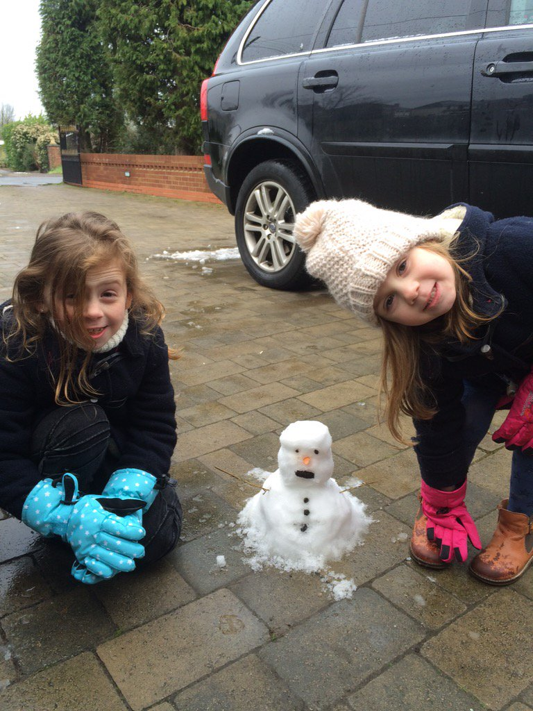 RT @Matthewelliott6: @IAMKELLYBROOK even though we only had a flurry my girls managed to build the worlds smallest snowman https://t.co/Uhr…