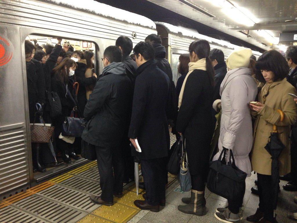 田園都市線桜新町駅。ホームに行くまで2時間半かかり、ホームですでに満員電車3台見送り。3時間たっても電車に乗れません… https://t.co/LC6wmf6daK