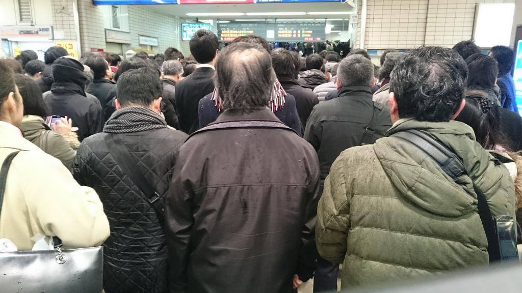京王線。すごい。入場規制かかっとる https://t.co/s1ffKQt8E3
