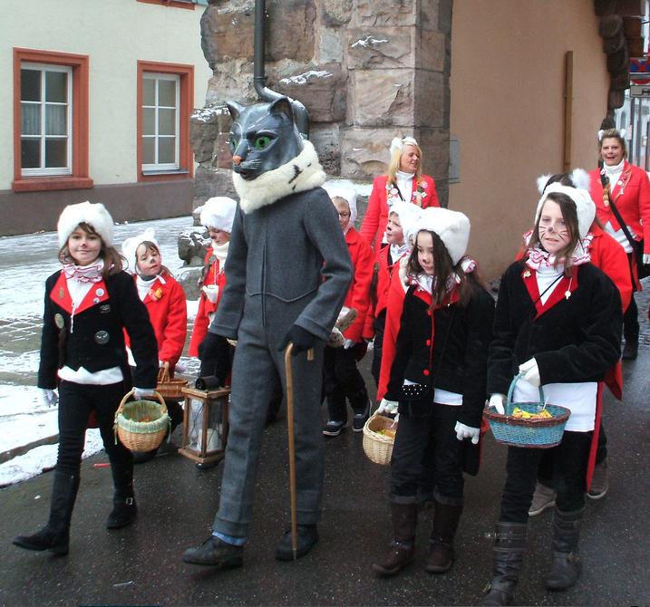 ドイツ、フィリンゲンの歴史ある猫カーニバル 女の子らが猫耳帽かぶってヒゲ描いてパレードしてるのかわいくてたまらんな https://t.co/vPJgfOmYIe