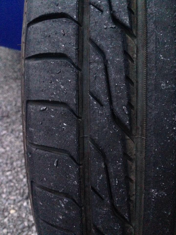ドライブした後にタイヤに消しカスが付いてた...  フロントイン側の方が暖かくてなぞだし... https://t.co/LlkhYmxKbN