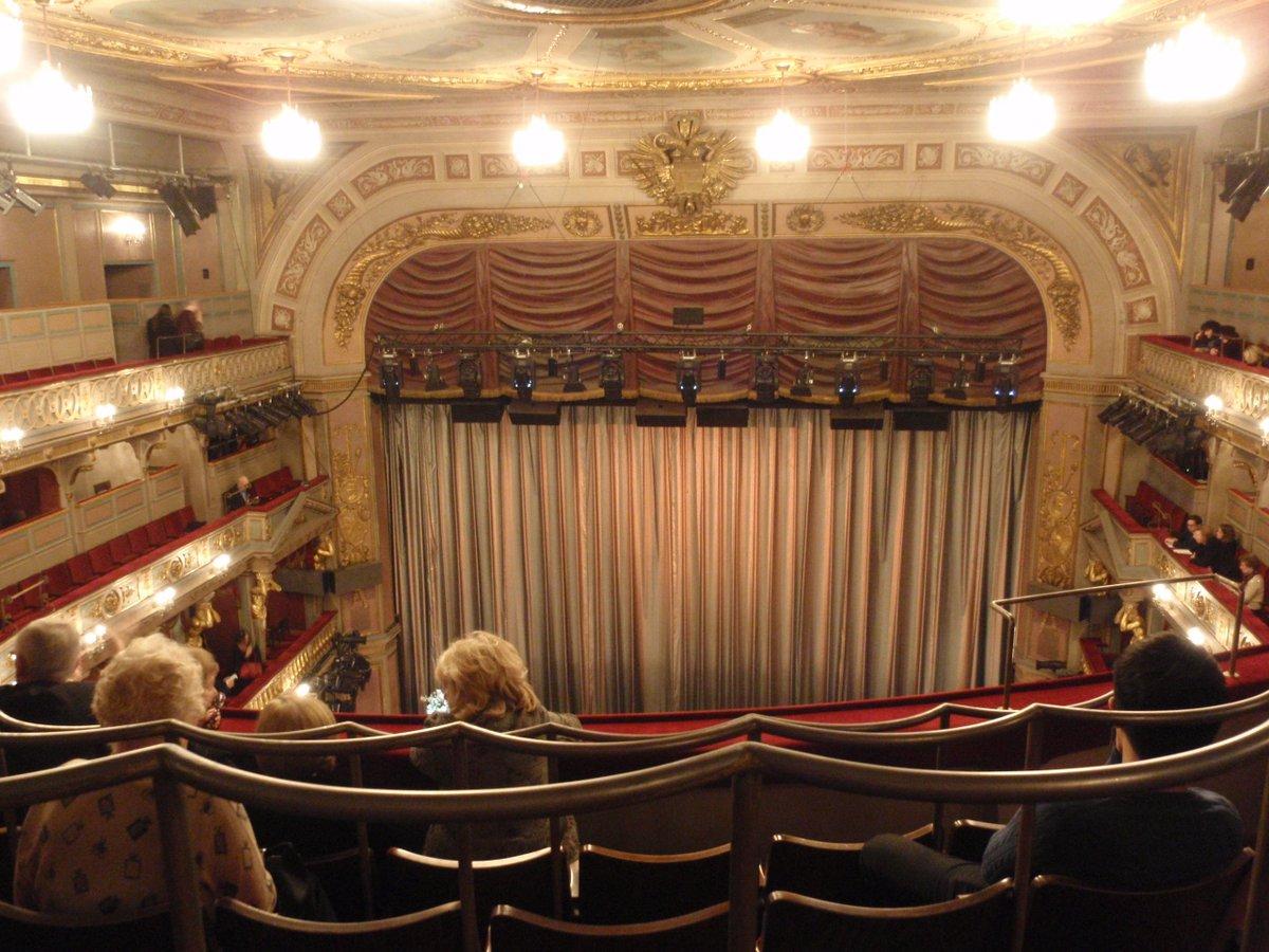 これが!かの!アンデアウィーン劇場!!大晦日のオペラガラコン見てきましたー想像してたよりもこじんまりした劇場で舞台が近かったです。ここからエリザ上演始まったんだなあと思うと感慨もひとしお…その場に自分が居るのが不思議な感じでした https://t.co/RPAIBRnzln
