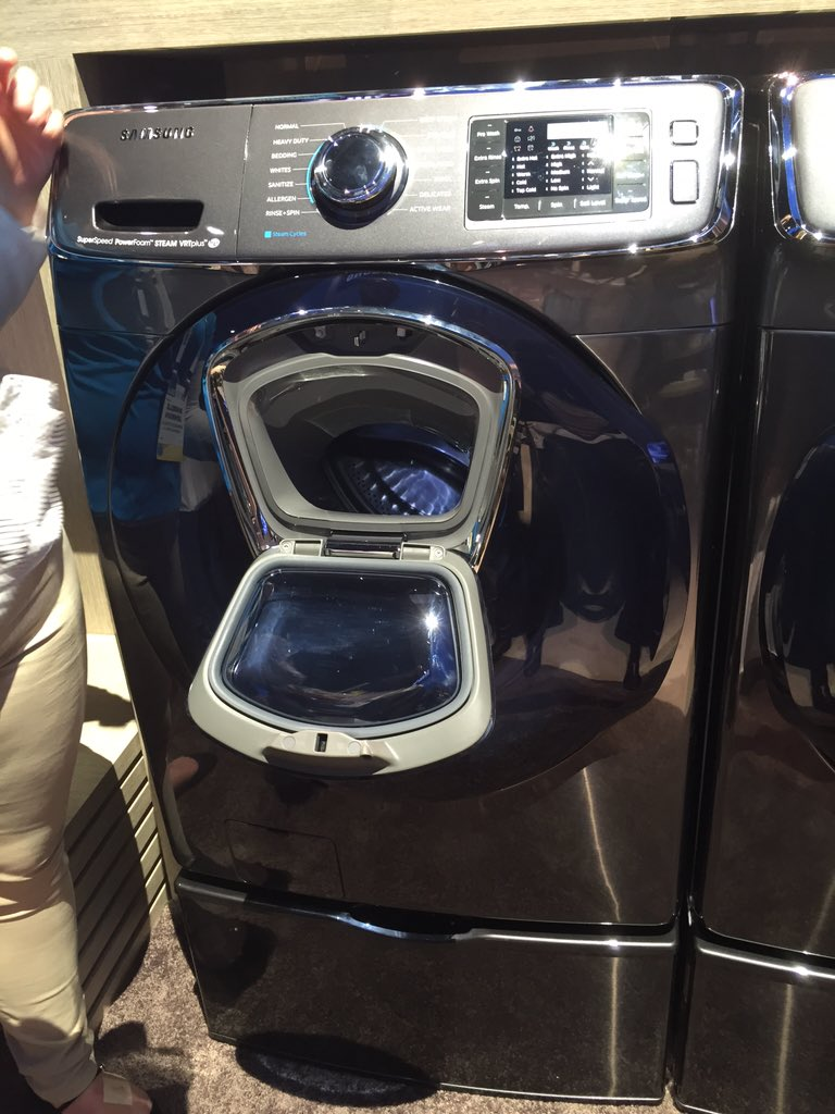 this is smart - if not smart tech - Samsung washing machine w little door to stick in laundry you forgot #CES2016 https://t.co/fWecLARLBS