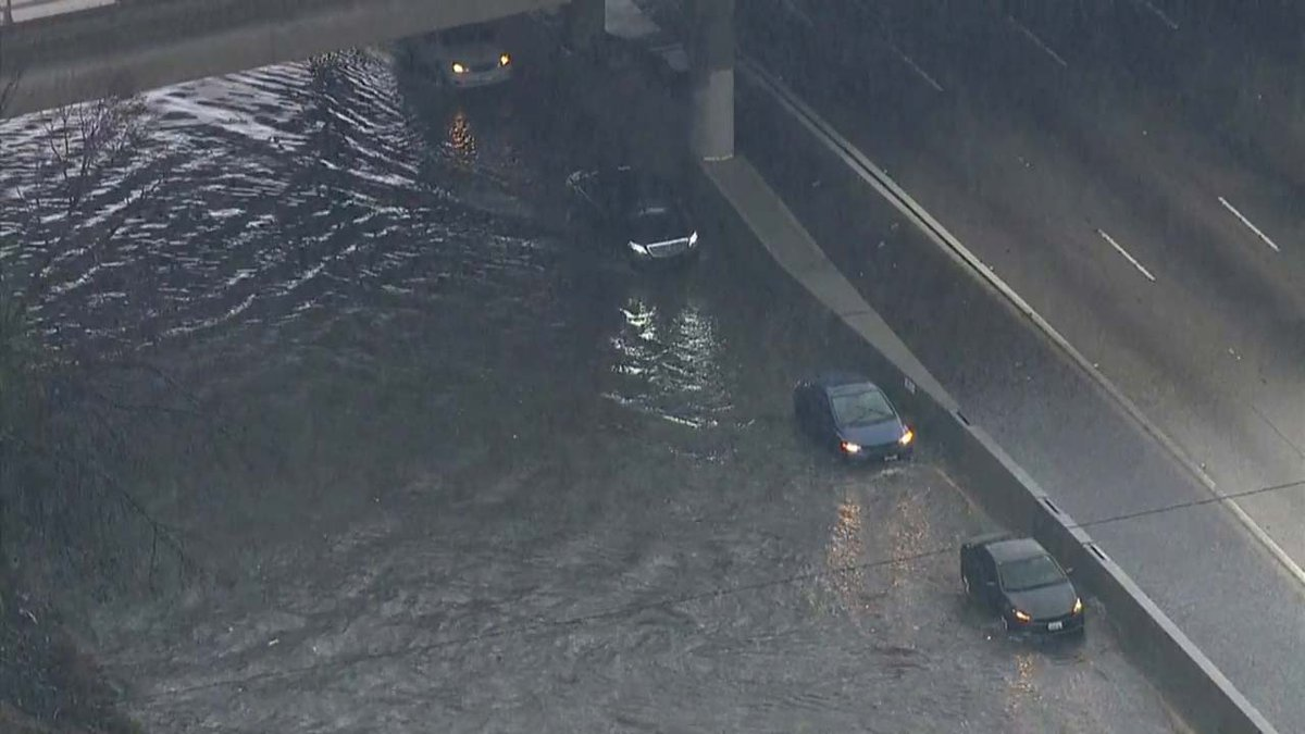Only 1 lane open on I-5 N @ Lankershim Blvd/ I-5 S @ Sheldon in Sun Valley due to flooding https://t.co/dZ6a3O7gBe https://t.co/q08jIOgBCN
