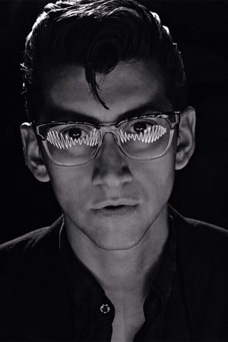 Happy birthday to alex turner and the singer of one my favorite bands, u rock