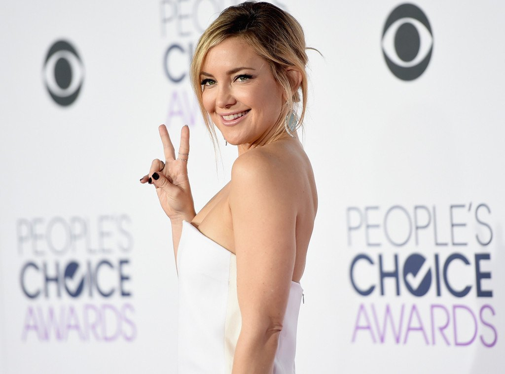 Kate Hudson is a vision in white on the PCAs red carpet: ❤️✌️