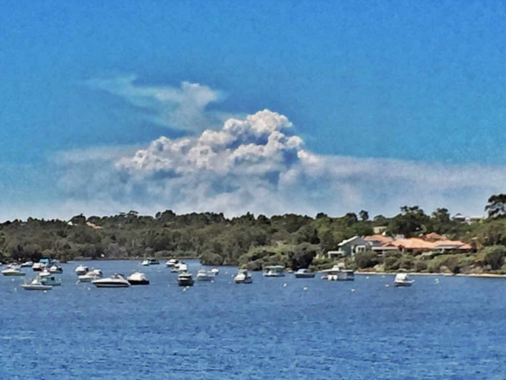 Waroona smoke visible from Perth - 100km away. Pic taken from Mt Henry bridge https://t.co/h5AevO6yJw