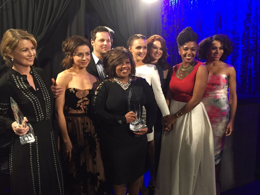 The cast of @GreysABC accepts the last award of the night! Congratulations! #PCAs https://t.co/cJPwOhdGjC
