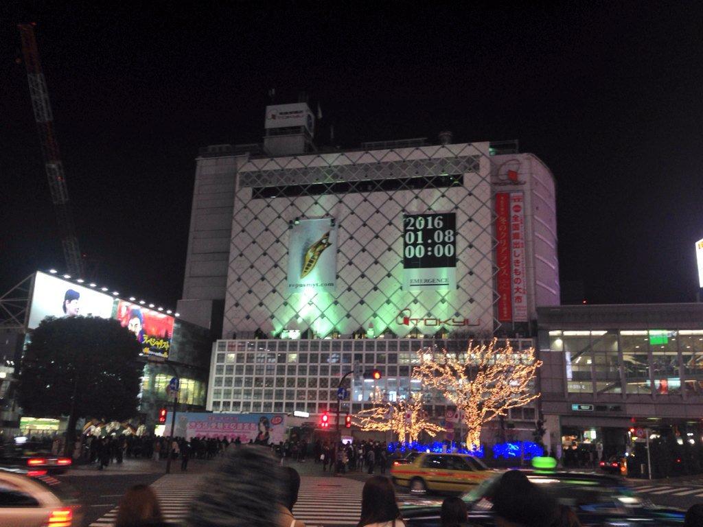 渋谷駅前の「イエモン復活か!?」って噂の広告。上に作業員がスタンバイしてて、この後なにか動きがありそう。 https://t.co/HwPedRhfj7