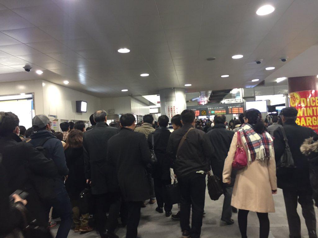 京浜東北線、東海道線が止まって京急川崎がカオスに!! 始まりにすぎないな。 2枚目は1枚目の30秒後。 https://t.co/oqdjeMJAiG