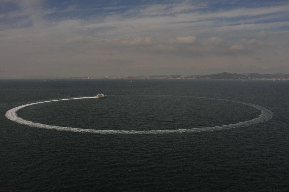 高速ジェット船は、40ノット以上の高速走行時でも、半径200mの非常に小さい円で旋回することができます。 #東海汽船 #セブンアイランド #高速ジェット船 #大漁 https://t.co/qTdIKiO2kv