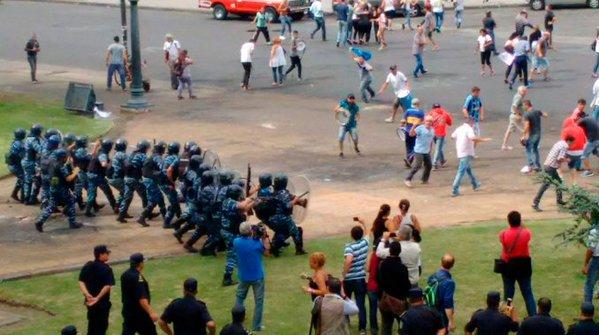 Mientras el gobierno y los medios sólo hablan de los prófugos, así se reprime a trabajadores despedidos en La Plata. https://t.co/BNz45rzTDG