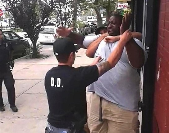 "NYPD Sergeant Stripped Of Her Badge For ""Doing Nothing"" While Eric Garner Died https://t.co/kh73BjxpYr https://t.co/vSNb9TRpt4"