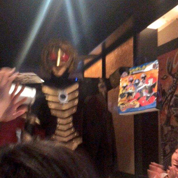 怪獣酒場にニンニンジャーお楽しみ袋を持ち込んでババルウ星人に説教されているところ