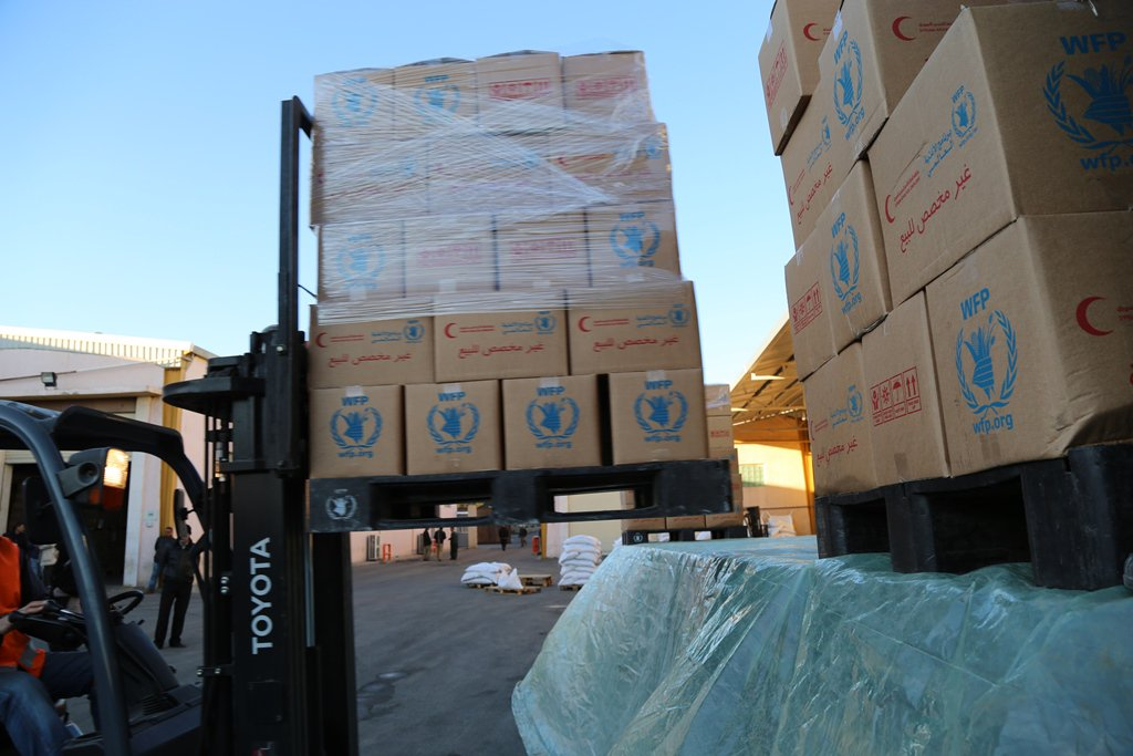 Trucks being loaded with desperately needed food and other relief supplies for besieged residents of #Madaya, Syria https://t.co/wF8ywtHgIo