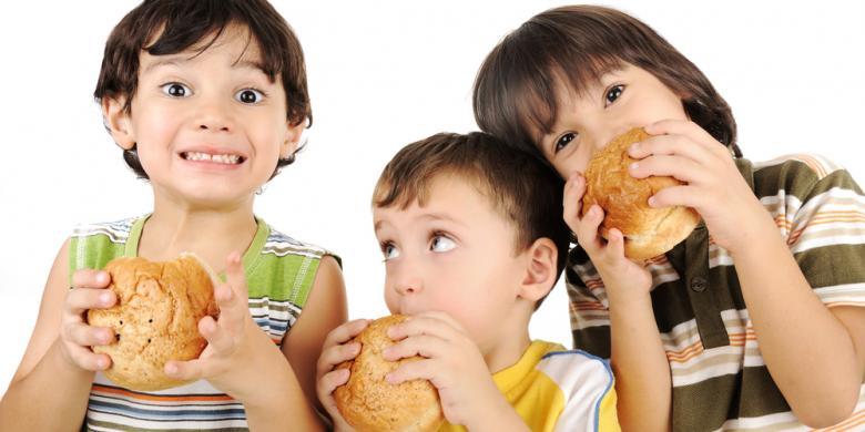 Terlalu Sering Makan Fast Food, Ternyata Bisa Membuat Kecerdasan Anak Turun - AnekaNews.net