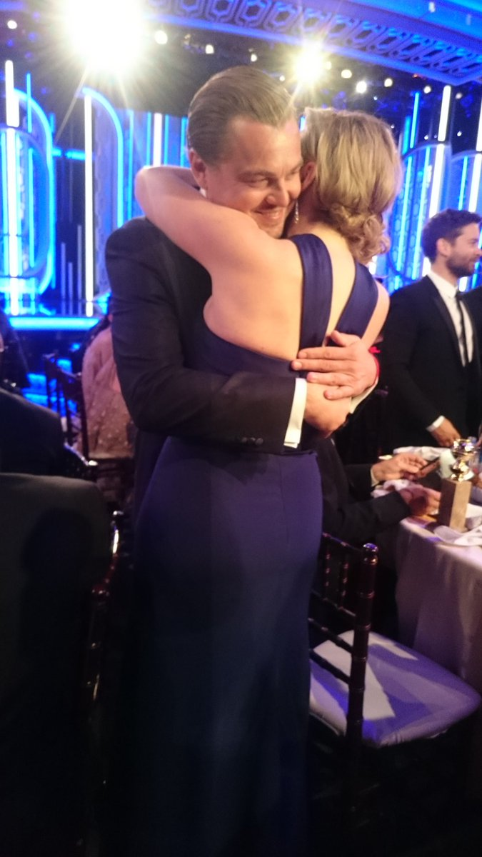 Kate is the first to give Leo a big hug!!! #titanic #GoldenGlobes https://t.co/zdUVHtBcTA