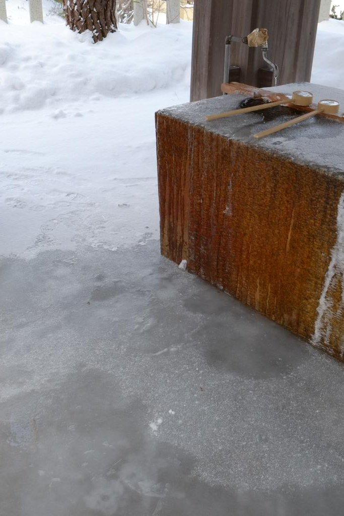 函館護国神社の手水、表面が凍ってるとか柄杓が取れないとかより、足元が凍ってるのがヤバい。手水使おうとすると足元の氷面からミシミシ音がする。 https://t.co/MY0XTqEtmm