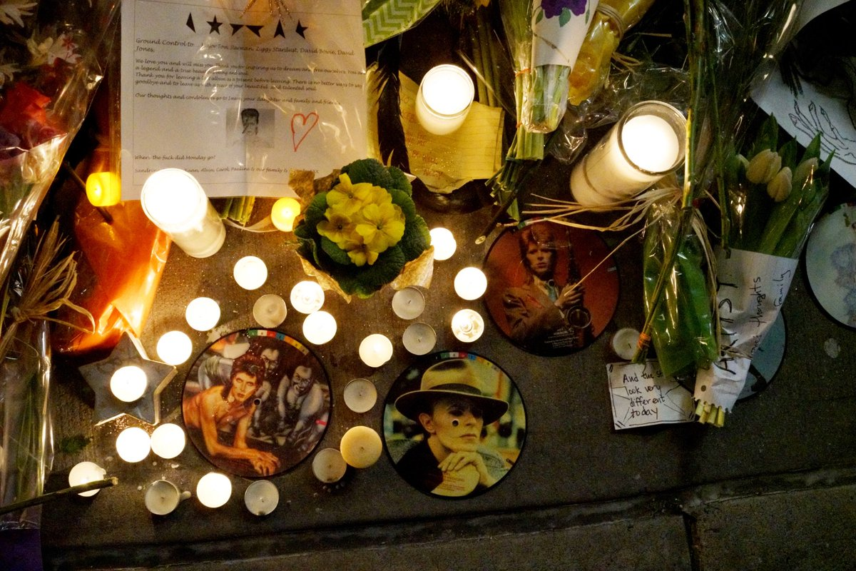 Fans pay their respects outside David Bowie's apartment in Soho, NYC. Long lines even though it's below freezing. https://t.co/gYOOmiEHLp