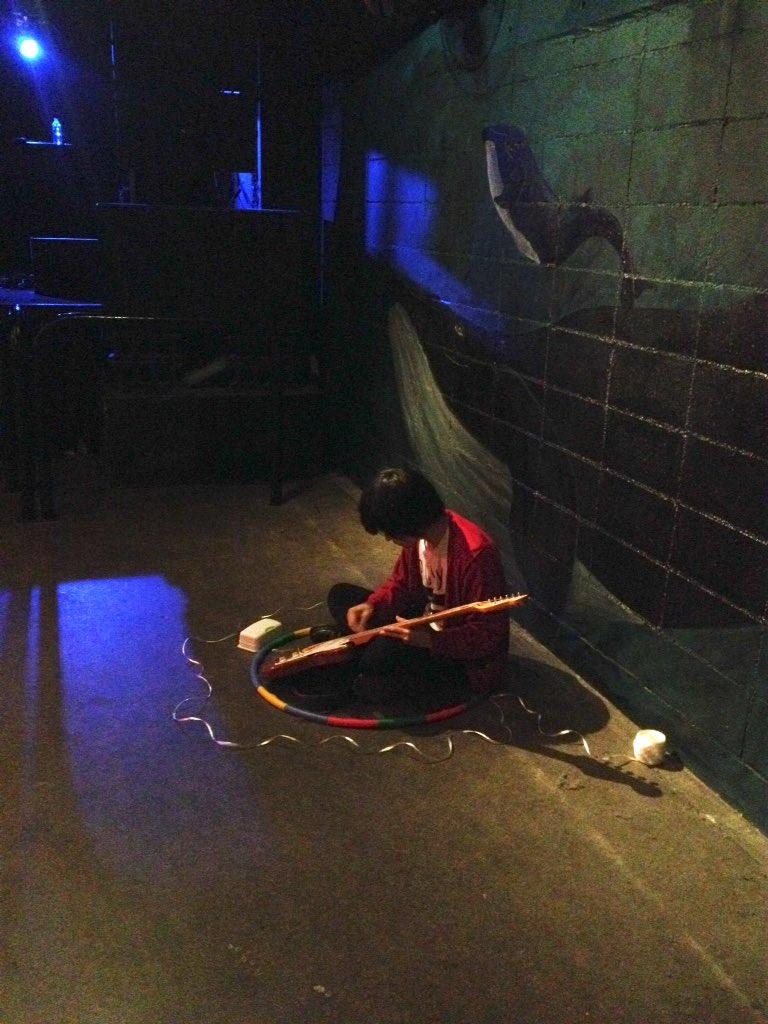 ヤマサキセイヤ、神戸SLOPE客席内にてギター調整実演中〜 誰にも気付かれないヴォーカリスト笑 #キュウソ https://t.co/YjBZwFBADk