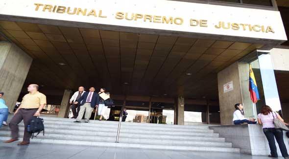 AMNESIA JUDICIAL TSJ en 2013: Ningún poder puede desproclamar a un funcionario electo https://t.co/wz1xf35WCz https://t.co/aV3TYEDZBe