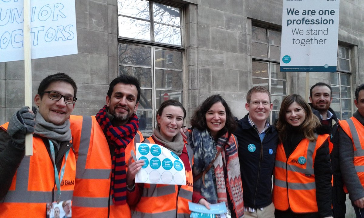 Lots of cars hooting their support as they went by this @GreatOrmondSt picket today #JuniorDoctorsStrike @london24 https://t.co/5O21wnJPPl