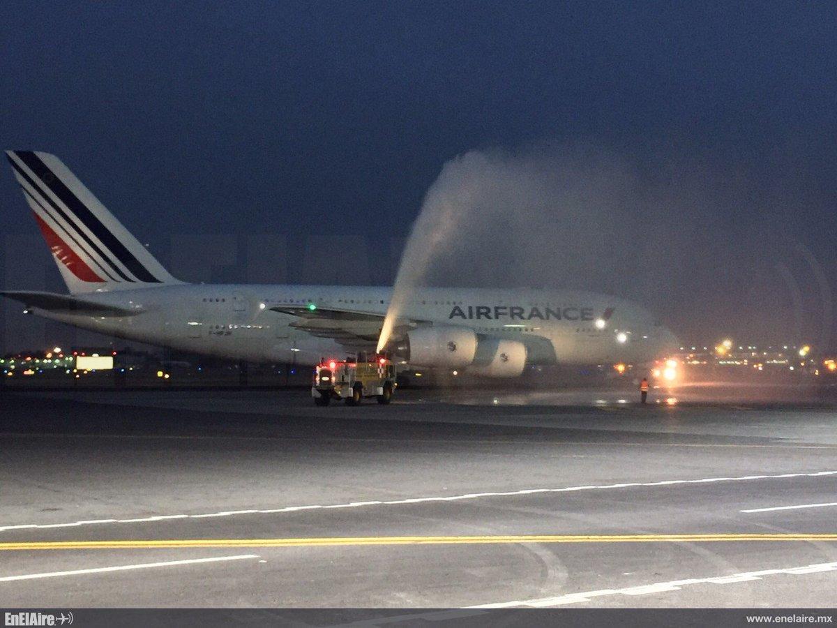 El A380 es bautizado en su bienvenida a la terminal del AICM.  https://t.co/s6uAmGVeIz https://t.co/p1HASmfDJv